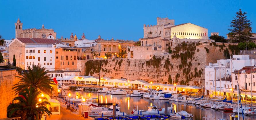 Schöne Stadtansicht in Menorca