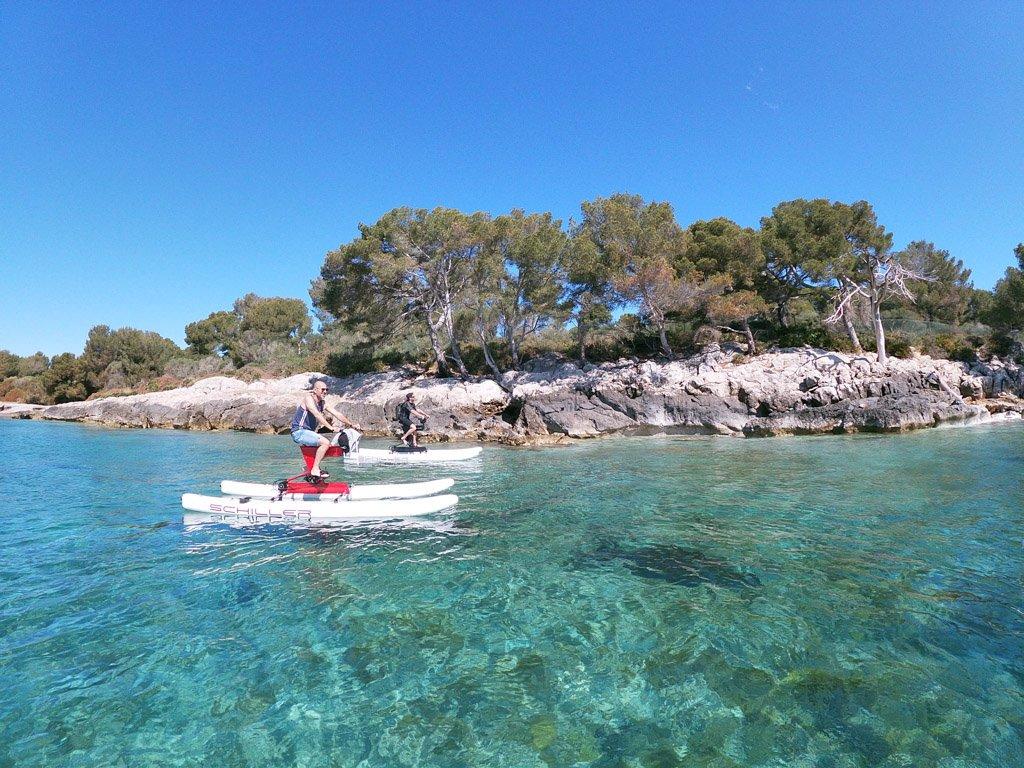 De ruta con una bici de agua por la costa de Mallorca