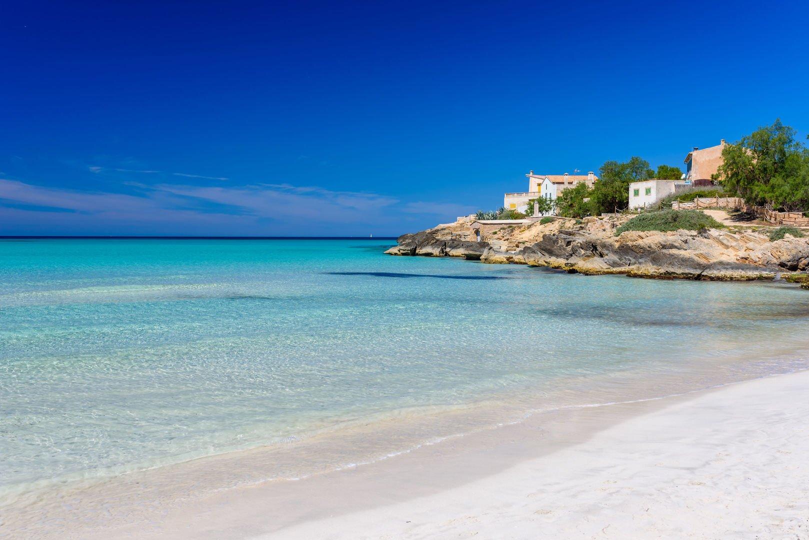 Aquas cristalinas en playa  Es Trenc